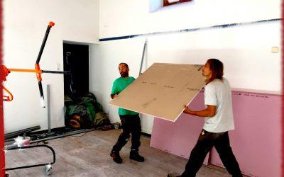 L'équipe d'Irisse de Castet d'Aleu rénove le plafond de l'école de Massat.
