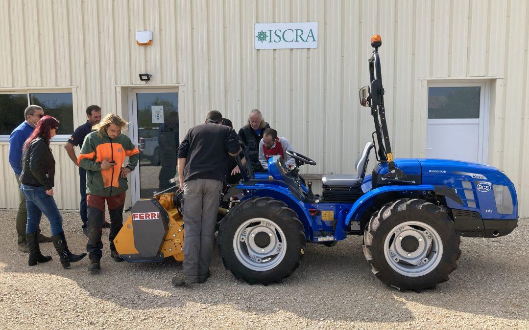 Il est enfin arrivé. IRISSE s'équipe d'un nouveau tracteur avec treuil et gyrobroyeur. De nouveaux chantiers en perspective !